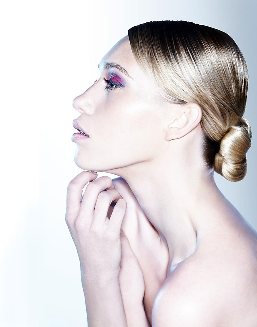 beauty_blonde_chignon_profile
